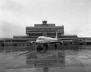 negative: San Francisco International Airport (SFO), United Air Lines, Douglas DC-8-61