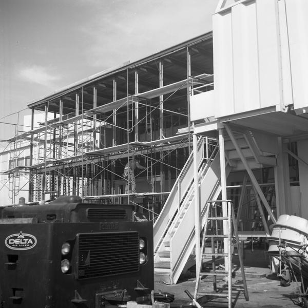 negative: San Francisco International Airport (SFO), Delta Air Lines building construction